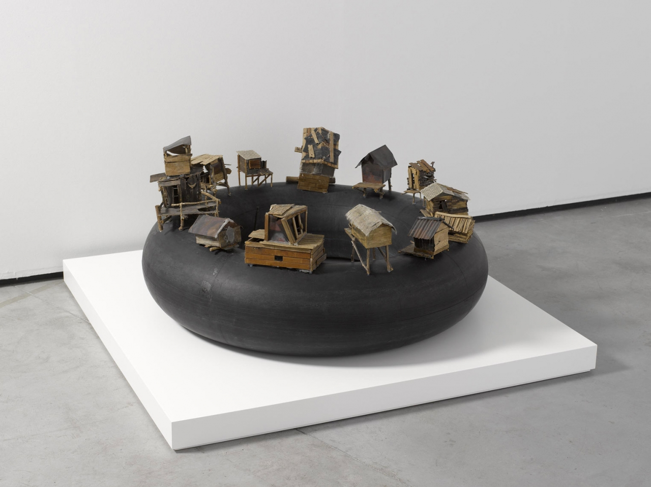 Kcho, Al borde del abismo, 2004. Es Baluard Museu d'Art Modern i Contemporani de Palma. © fotografía David Bonet