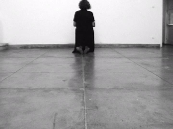 Helena Almeida, A experiência do lugar II (video still), 2004. Cortesia de l'artista. © de l'obra, Helena Almeida, 2016
