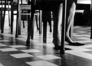 Helena Almeida, A experiência do lugar, 2001. Fotografía en blanco y negro, 124 x 202 cm. Es Baluard Museu d'Art Modern i Contemporani de Palma. © de la obra, Helena Almeida, 2016